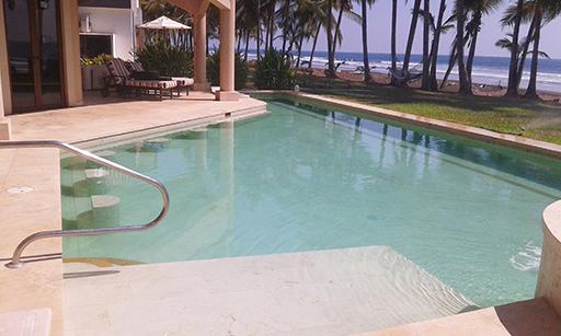¿Cómo limpiar una piscina construida con material poroso?